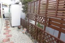 お客様ご自身で取付た木製のフェンス。木製なので雨や湿気による腐食がありました。