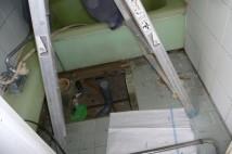 床を開口して割れた配管を一時的に補修