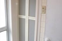 ドア周りの壁が、タイルで仕上がっているため枠材と化粧巾木で仕上げてあります。